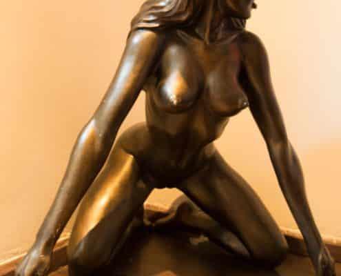 Lillith Statue groß in der Ecke gegenüber der Sauna