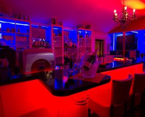 Bar mit Kronleuchter rot-blau beleuchtet
