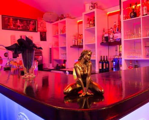 Bar mit Lillith Statue klein von vorne